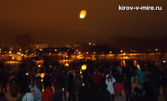 Запуск небесных фонариков у Диорамы