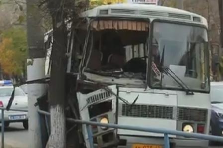 В Кировской области автобус «ПАЗ» врезался в дерево: 3-е человек пострадали