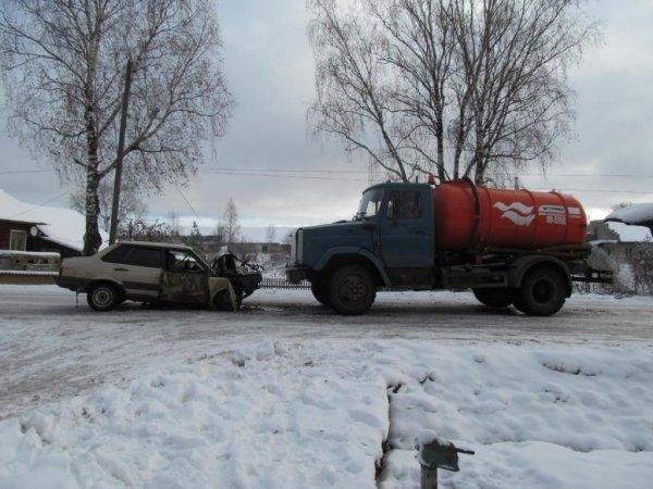 В Шабалинском районе грузовое авто врезалось и легковушку: 3 человека пострадали