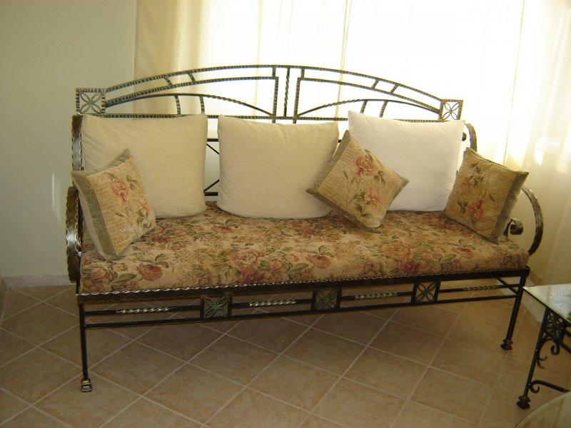 Как выбрать металлический диван