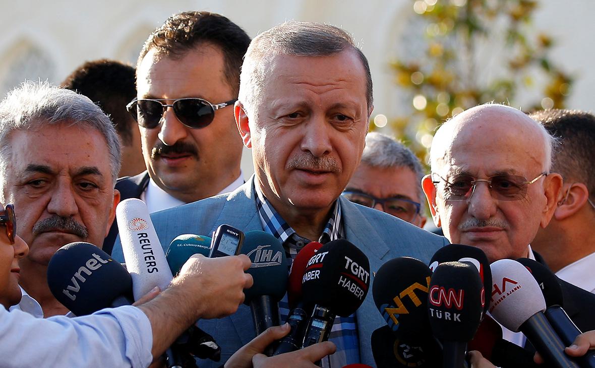Эрдоган упал в обморок при праздничной молитве