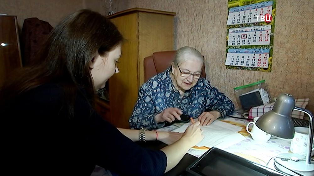 Волонтеры помогают пенсионерам Кирова перейти на новый формат ТВ