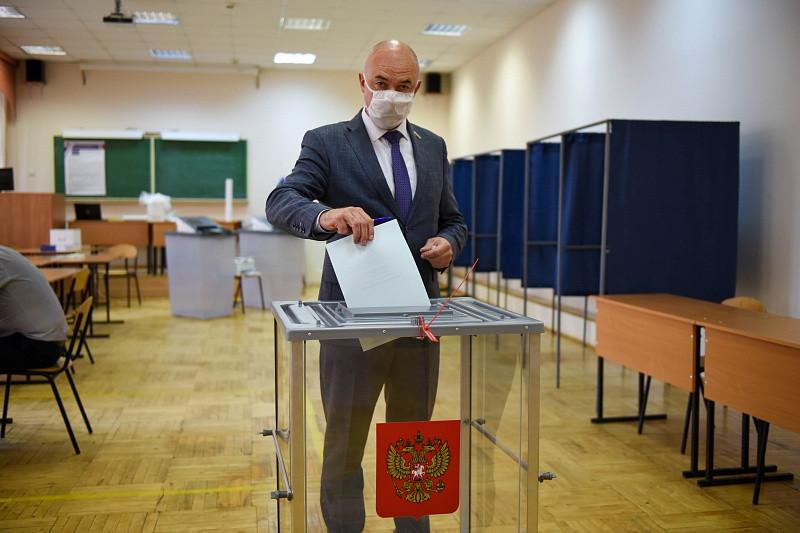 В голосовании по конституционным поправкам приняли участие парламентарии ЗакСа и депутаты гордумы