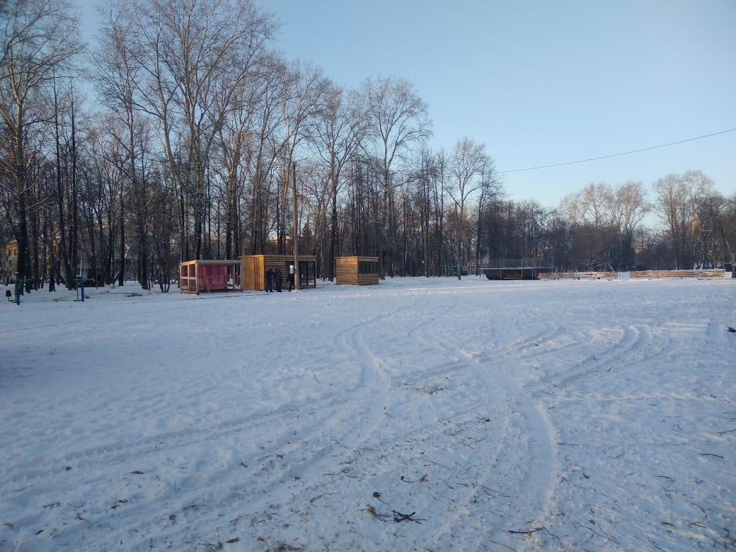 Покатаемся: в Кирове начали готовить ледовый каток к новогодним праздникам