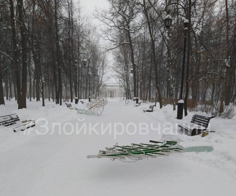 В Александровском саду вандалы испортили новогодние декорации