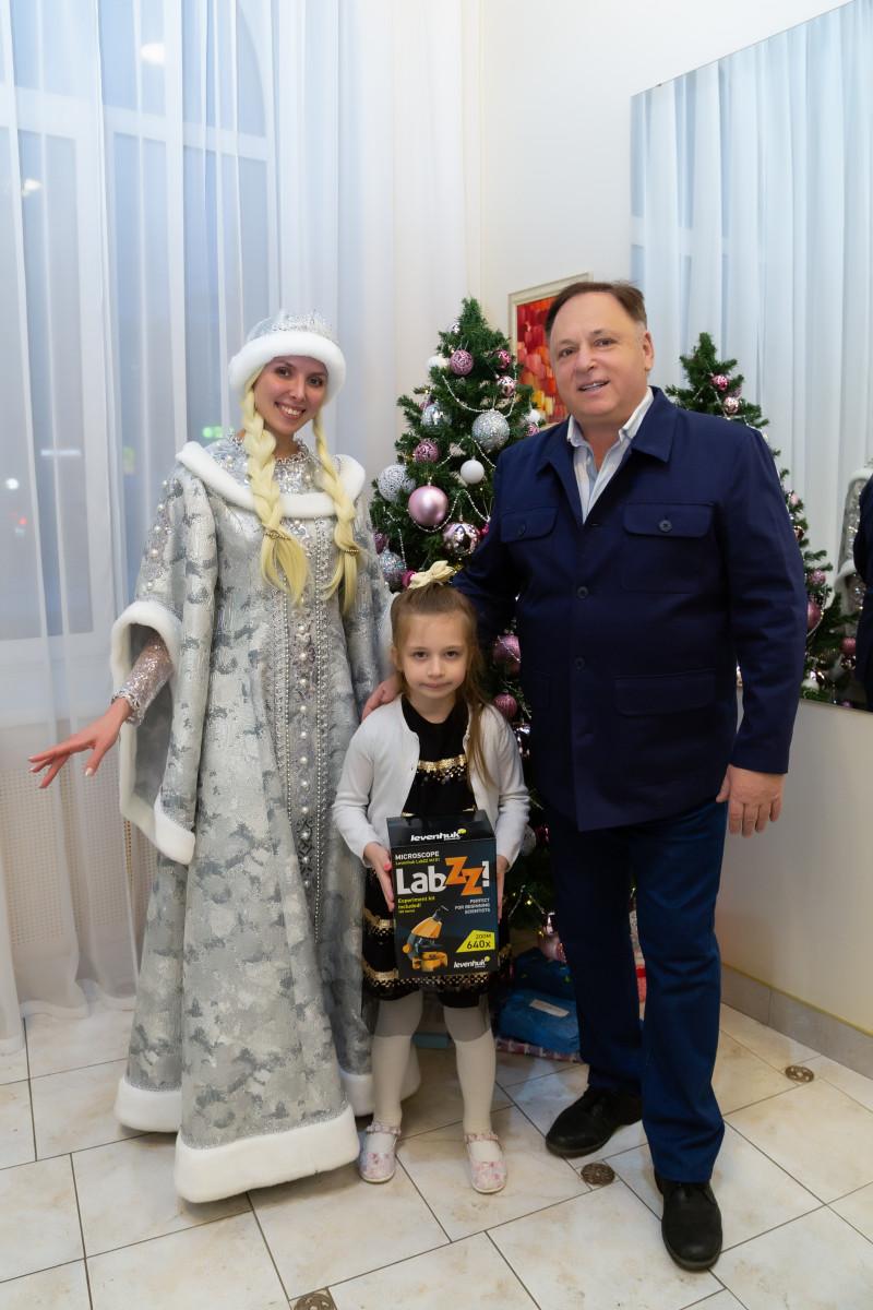 Олег Валенчук исполнил желания трех кировских малышек