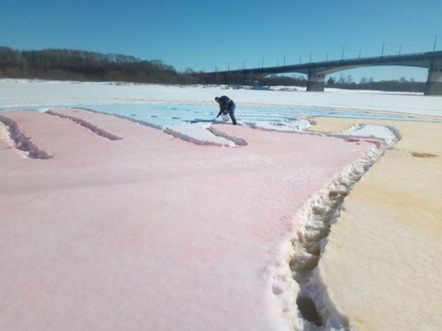 Цветной рисунок на льду Вятки проверят на токсичность