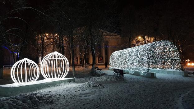 На Театральной площади приступили к демонтажу новогоднего городка