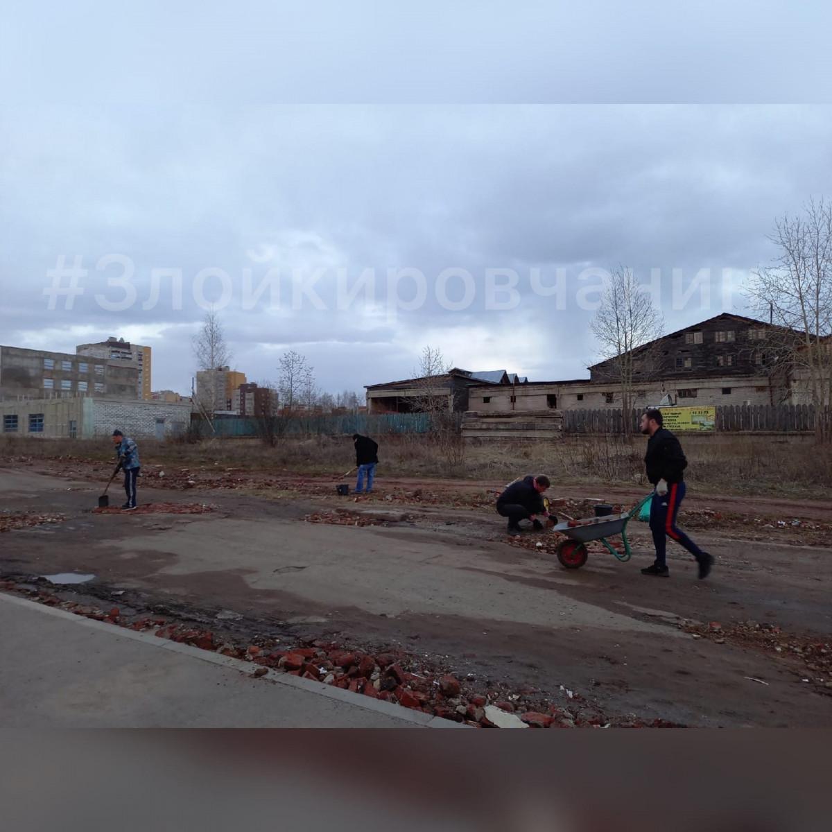 Местные жители ремонтируют дорогу в Березниковском переулке своими силами