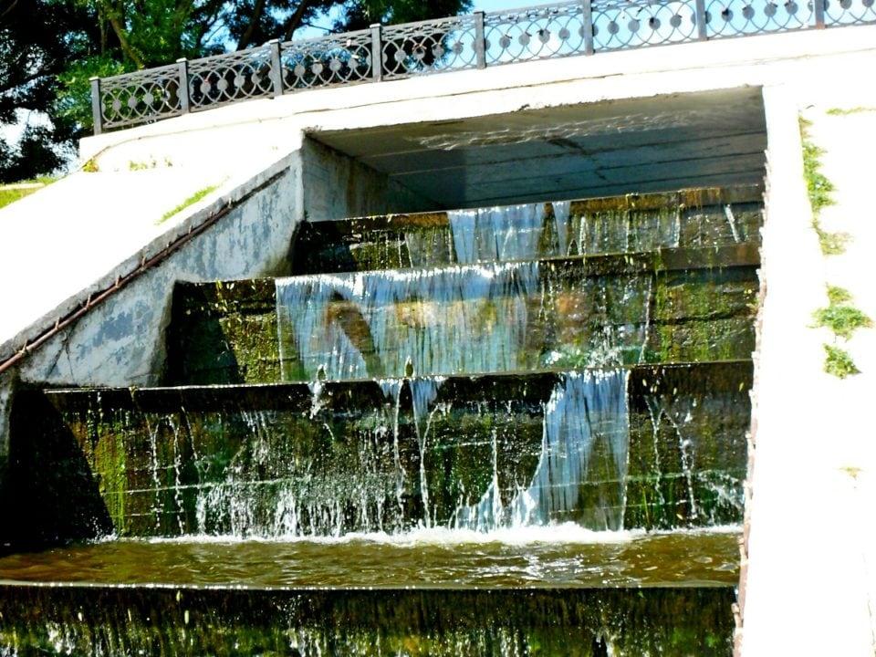 Кировская молодежь почистила водопад у цирка